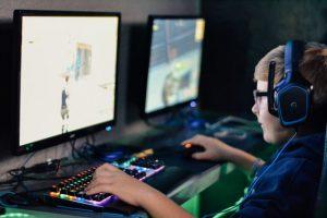 パソコンに向かう少年