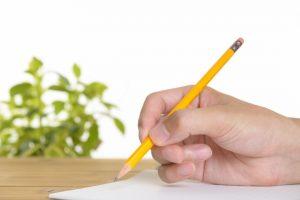 鉛筆をもつ手